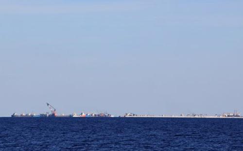 Các tàu nạo vét, vận tải cỡ lớn của Trung Quốc đang tập trung xây dựng tại khu vực đá Xu Bi, thuộc quần đảo Trường Sa của Việt Nam - Ảnh: Thanh Niên.<br>