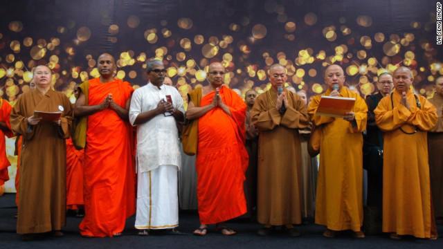 Các nhà sư tại Kuala Lumpur (Malaysia) làm lễ cầu nguyện cho chuyến bay MH370.<br>