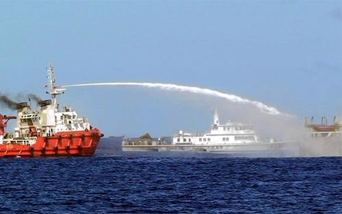 Tàu Trung Quốc dùng vòi rồng tấn công tàu Việt Nam, gần khu vực có giàn khoan HD-981 - Ảnh: AP.<br>