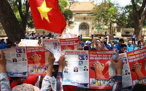 Người dân Hà Nội hô khẩu hiệu phản đối Trung Quốc xâm phạm chủ quyền Việt Nam, sáng 11/5 - Ảnh: Tuổi Trẻ.<br>
