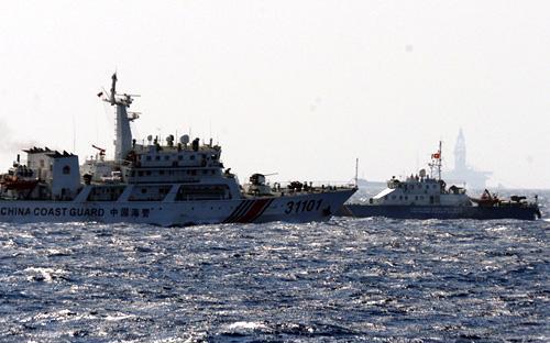 Tàu cảnh sát biển Trung Quốc (trái) cố tình chèn ép tàu cảnh sát biển Việt Nam - Ảnh: Thuận Thắng/Tuổi Trẻ.<br>