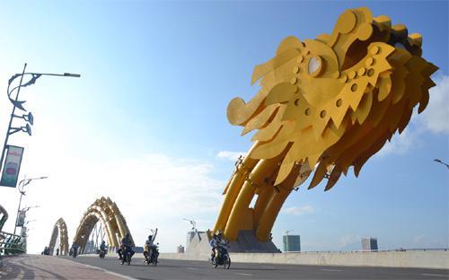 """Cầu Rồng tại Đà Nẵng. 2015 được thành phố xác định là năm """"Văn hóa văn minh đô thị"""" - Ảnh: MTG.<br>"""