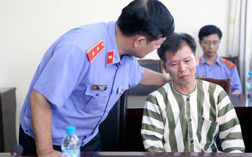 Vụ ông Nguyễn Thanh Chấn (bên phải) được minh oan vào năm 2013 sau 10 năm ngồi tù đã góp phần làm dấy lên dư luận đòi hỏi phải có các biện pháp ghi âm, ghi hình khi hỏi cung nghi can.<br>