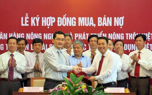 Lễ ký hợp đồng mua bán nợ xấu giữa ngân hàng Agribank và VAMC - Ảnh: TT.<br>