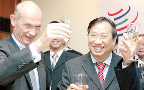 Một bức ảnh đáng nhớ 8 năm trước: Tổng giám đốc WTO Pascal Lamy nâng ly chúc mừng Phó thủ tướng kiêm Bộ trưởng Ngoại giao Phạm Gia Khiêm sau khi Việt Nam chính thức gia nhập WTO.<br>