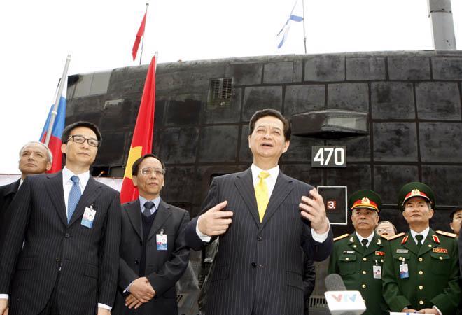 Thủ tướng Chính phủ Nguyễn Tấn Dũng với cán bộ, chiến sỹ tàu ngầm Hà Nội - Ảnh: TTXVN.