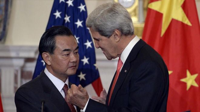 Ngoại trưởng Mỹ John Kerry trong một lần tiếp xúc người đồng cấp Trung Quốc Vương Nghị.