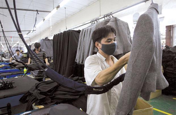 """Việt Nam bắt đầu từ nền kinh tế chợ quê tới kinh tế mặt phố và cho đến hiện nay là """"mon men"""" vào nền kinh tế siêu thị. Tất cả những giai đoạn này đều ghi nhận sự phát triển nội lực của doanh nghiệp tư nhân."""