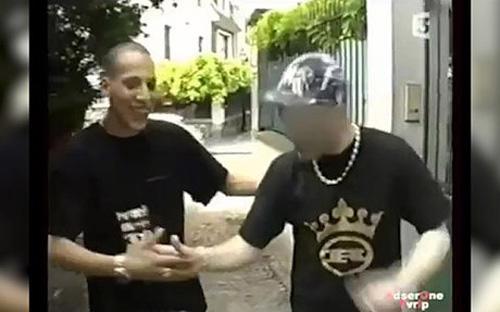 Cherif Kouachi (bên trái) trong một đoạn phim tài liệu của kênh truyền hình France 3, vào năm 2005.<br>