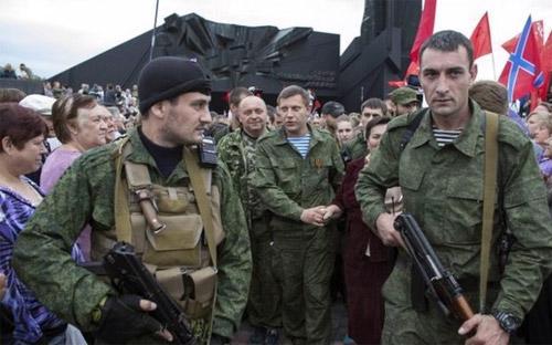 Quân nổi dậy ở Donetsk, miền Đông Ukraine, trong một buổi lễ kỷ niệm ngày 8/9 - Ảnh: Reuters/BBC.<br>