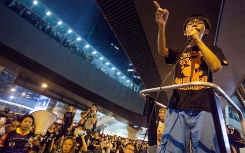 Thủ lĩnh sinh viên Hong Kong biểu tình, Joshua Wong, phát biểu trước dòng người biểu tình ngày 30/9 - Ảnh: EPA/WSJ.<br>