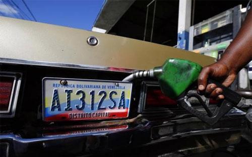 Trong phiên giao dịch ngày 19/5, giá dầu giảm 3% do đồng USD tăng giá mạnh và mối lo về tình trạng dư thừa dầu.