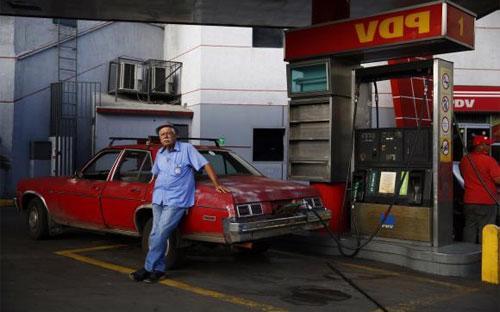 Một trạm bơm xăng ở Caracas, Venezuela tháng 1/2015 - Ảnh: Reuters.<br>
