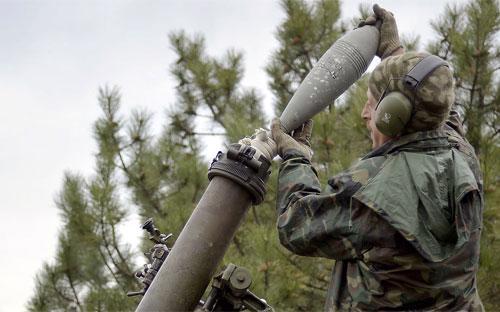 Một binh sỹ chính phủ Ukraine ở làng Peski, gần Donetsk, hôm 18/10 - Ảnh: AFP/Getty.<br>