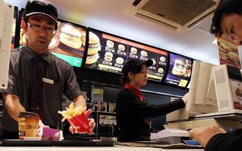Bên trong một nhà hàng McDonald's ở Nhật - Ảnh: BBC.<br>