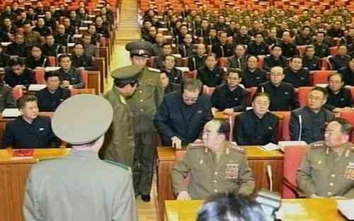 Ông Jang Song Thaek bị bắt giữ ngay giữa một cuộc họp của Bộ Chính trị đảng Lao động Triều Tiên. Ông này sau đó đã bị xử tử vì tội phản quốc - Ảnh: Yonhap.<br>