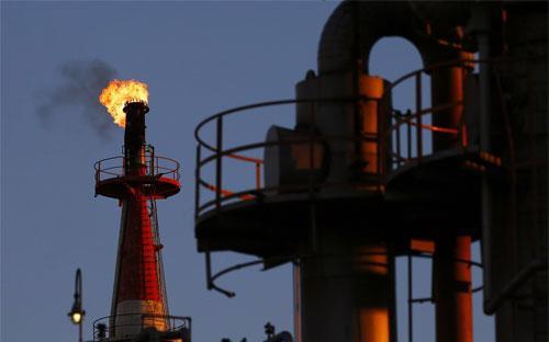 Ở thời điểm hiện tại, nguồn cung dầu của thế giới vẫn đang vượt xa nhu cầu - Ảnh: Reuters.<br>