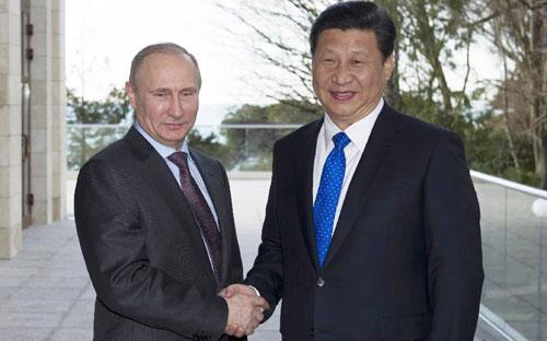 Tổng thống Nga Vladimir Putin (trái) và Chủ tịch Trung Quốc Tập Cận Bình (phải) gặp gỡ ở Sochi, Nga vào tháng 2/2014 - Ảnh: THX.<br>