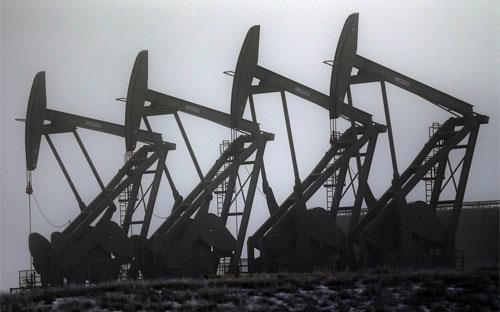 Máy bơm dầu đang hoạt động ở Williston, Mỹ - Ảnh: AP/WSJ.<br>