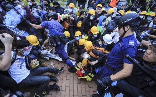 Một cuộc đụng độ giữa cảnh sát với người biểu tình trên đường phố Hồng Kông hôm 1/12 - Ảnh: Zuma/WSJ.<br>