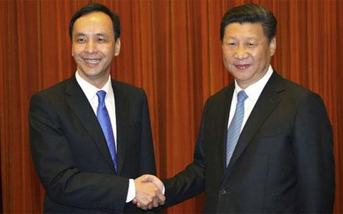 Ông Tập Cận Bình (phải) với vai trò Tổng bí thư đảng Cộng sản Trung Quốc đã chào đón ông Eric Chu (trái), người đứng đầu Quốc dân đảng của Đài Loan, tới Bắc Kinh vào buổi sáng ngày 4/5 - Ảnh: BBC.