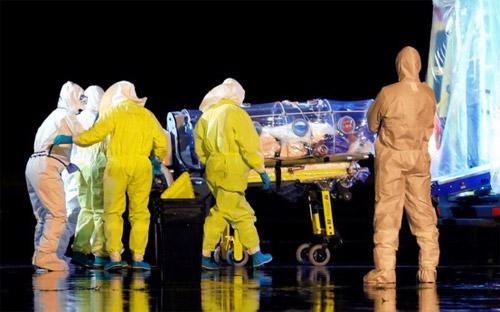 Các nhân viên y tế Tây Ban Nha đưa nhà truyền giáo nhiễm Ebola Manuel Garcia Viejo lên xe cấp cứu sau khi ông được đưa về Madrid từ Sierra Leone vào hôm 22/9 - Ảnh: Reuters.<br>
