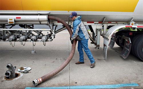 Theo các nhà phân tích của JP Morgan Securities ở New York, nếu giá dầu  thô tiếp tục ở dưới ngưỡng 60 USD/thùng trong quý 1 năm nay, lạm phát  toàn cầu trong quý sẽ giảm về mức 1,5% - Ảnh: Bloomberg.<br>