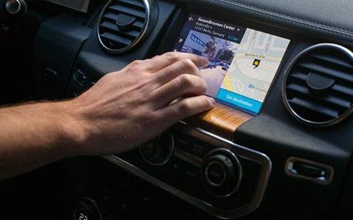 Màn hình cảm ứng bên trong một ôtô sử dụng ứng dụng bản đồ Here - Ảnh: Getty/CNBC.<br>