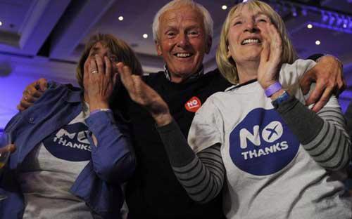 Các cử tri ủng hộ việc Scotland ở lại Vương quốc Anh vui mừng trước chiến thắng của mình - Ảnh: <br>