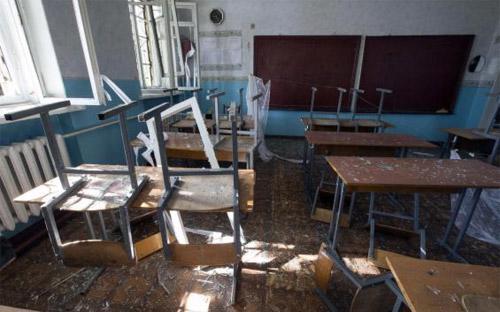 Một lớp học ở Trường 57, Donetsk, miền Đông Ukraine sau vụ tấn công bằng đạn pháo ngày 1/10 - Ảnh: Reuters.<br>