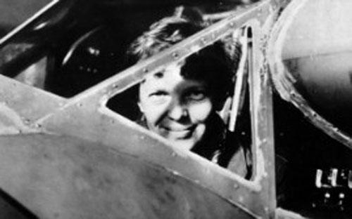 Nữ phi công người Mỹ Amelia Earhart nhìn qua cửa sổ máy bay, ảnh chụp vào thập niên 1930 - Ảnh: AFP/Getty.<br>