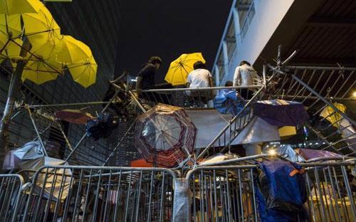 Một rào chắn do người biểu tình Hồng Kông dựng lên ở quận Admiralty ngày 10/12 - Ảnh: Reuters.<br>