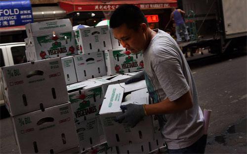 Một người nhập cư đang làm việc ở khu Chinatown ở New York, Mỹ - Ảnh: Getty/CNBC.<br>