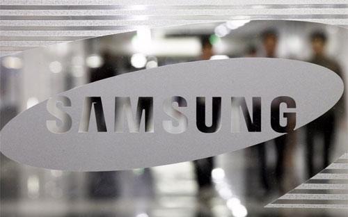 """Là nhà sản xuất điện thoại di động lớn nhất thế giới, Samsung đang cảm  nhận rõ """"sức nóng"""" của sự cạnh tranh từ các đối thủ chuyên hàng giá rẻ,  chủ yếu từ Trung Quốc - Ảnh: Bloomberg.<br>"""