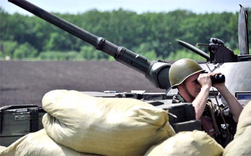 Một binh sỹ Ukraine đứng gác ở Slavyansk thuộc miền Đông nước này ngày 20/5 - Ảnh: AFP/Getty.<br>