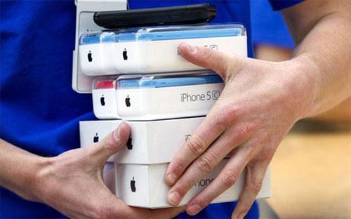Tháng trước Apple cũng đã phải đóng cửa gian hàng trực tuyến. Sau đó,  hãng này tăng giá bán điện thoại iPhone thêm gần 25% trên gian hàng này.