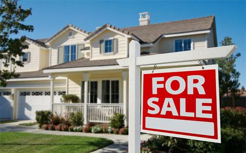 Một căn nhà treo biển rao bán ở Mỹ.<br>