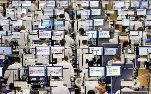 Công nhân làm việc trong nhà máy lắp ráp điện thoại Motorola ở Texas, Mỹ - Ảnh: Bloomberg.<br>