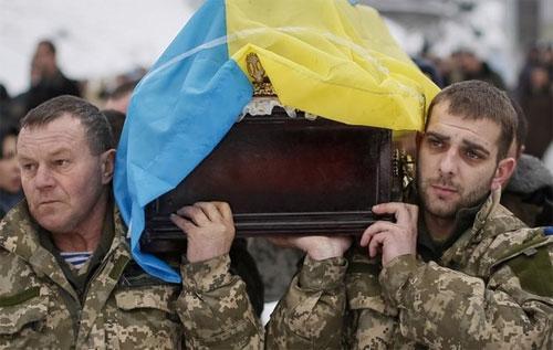 Hai binh sỹ quân đội Ukraine trong đám tang một đồng đội thiệt mạng ở miền Đông nước này hôm 20/1 - Ảnh: BBC/Reuters.<br>