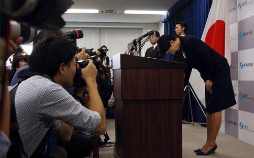Bà Yuko Obuchi, Bộ trưởng Bộ Công Thương Nhật, cúi mình xin lỗi trong tuyên bố xin từ chức tại một cuộc họp báo tại Tokyo ngày 20/10 - Ảnh: Bloomberg.<br>