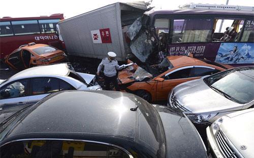 Hiện trường vụ đâm xe liên hoàn ở Seoul, Hàn Quốc ngày 9/2 - Ảnh: Reuters/WSJ.<br>