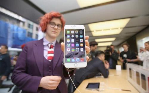 Số đơn đặt hàng iPhone mới trong ngày đầu tiên đã vượt xa mức 2 triệu  chiếc mà chiếc iPhone 5 đạt được trong ngày đặt hàng đầu tiên cách đây 2  năm.