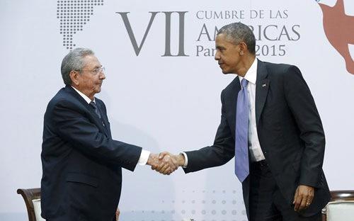 """<span class=""""fig"""">Chủ tịch Cuba Raul Castro (trái) bắt tay Tổng thống Mỹ Barack Obama<em> </em>khi bắt đầu cuộc hội đàm ở Panama hôm 11/4 - Ảnh: Reuters.</span>"""