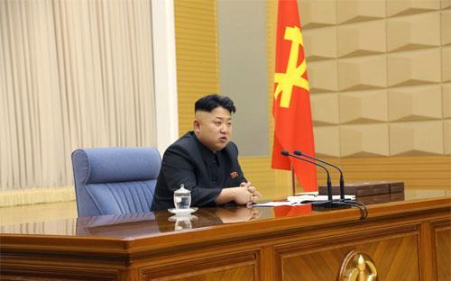 Nhà lãnh đạo Triều Tiên Kim Jong Un với kiểu tóc đặc trưng - Ảnh: KCNA/Reuters.<br>