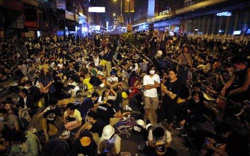 Người biểu tình trên đường phố ở quận Mong Kok của Hồng Kông sáng sớm nay (20/10) - Ảnh: Reuters.<br>