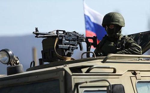 Một người lính Nga ở Simferofol, Crimea hôm 11/3 - Ảnh: Getty.<br>