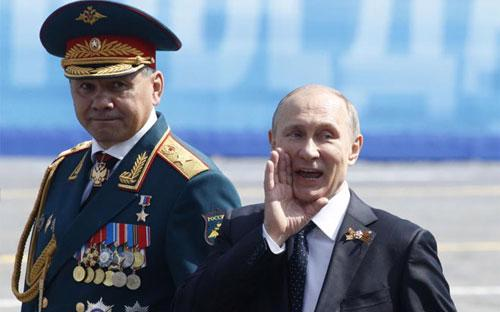 Tổng thống Nga Vladimir Putin (phải) và Bộ trưởng Bộ Quốc phòng nước này Sergey Shoygu xuất hiện trong buổi lễ mừng Ngày Chiến thắng hôm 9/5 - Ảnh: Reuters.<br>