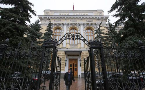 Bên ngoài trụ sở Ngân hàng Trung ương Nga ở Moscow - Ảnh: Bloomberg.<br>