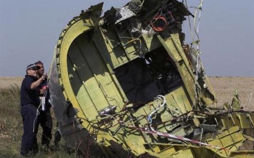Một mảnh vỡ của MH17 ở hiện trường rơi chuyến bay này tại miền Đông Ukraine - Ảnh: Reuters.<br>