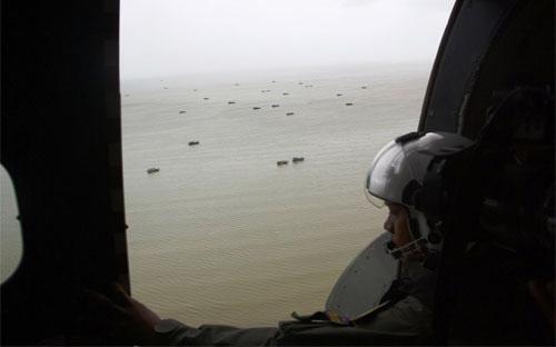 Một binh sỹ hải quân Indonesia trên máy bay tìm kiếm chuyến bay 8501 bị rơi của AirAsia - Ảnh: Getty/WSJ.<br>
